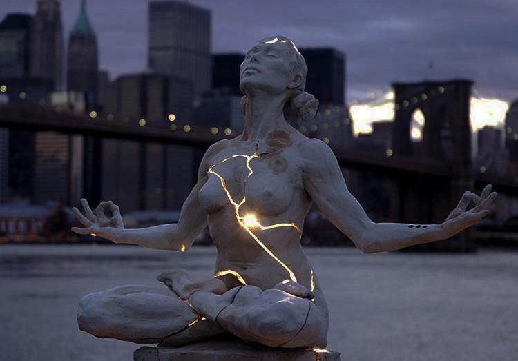 sculpture femme feu